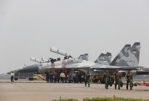 Komandan Sukhoi Skuadron 11 Letkol Vincentius bersama dua pilot pesawat Sukhoi turun dari pesawat saat mendarat di Bandara Hang Nadim Batam usai melakukan operasi di wilayah udara Kepri, Jumat (25/9).  Foto: Cecep Mulyana/Batam Pos