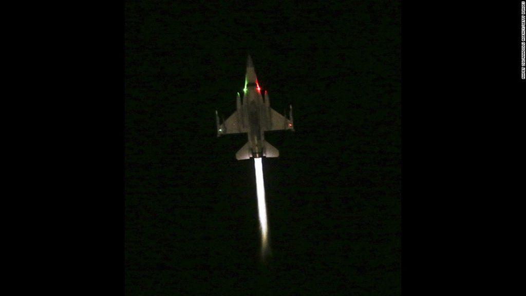 F16 Turki terbang rendah memberi perinta mundur pada angkatan darat
