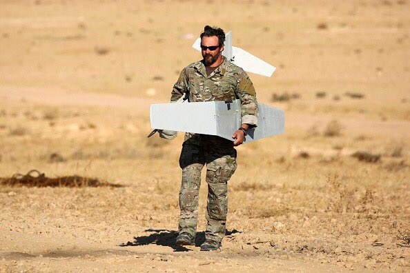 Seorang tentara menyiapkan drone