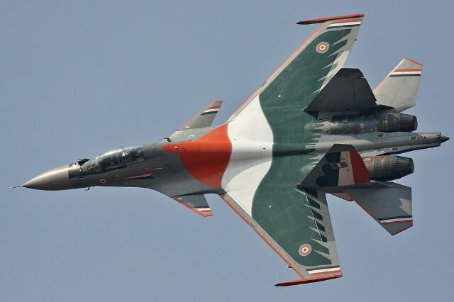 Su-30MKI dengan modifikasi sayap canard. Foto: defencepk